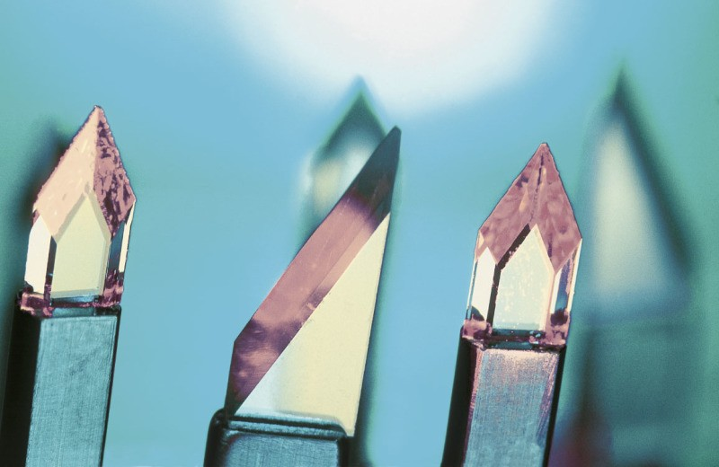 Diamond surgical scalpel