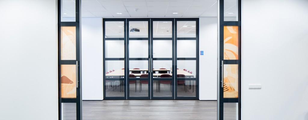 Glasschuifdeuren met gerasterde structuur