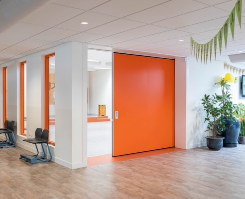 Oranje schuifwand gymzaal