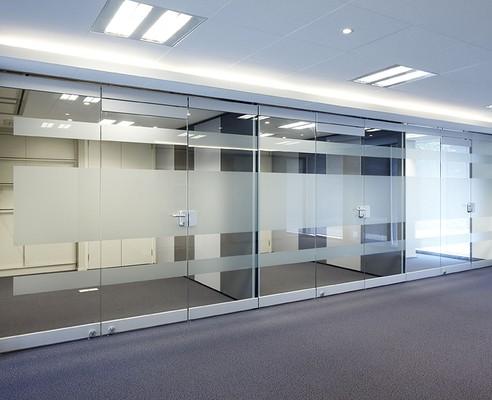 aansluiting glaswand / paneelwand