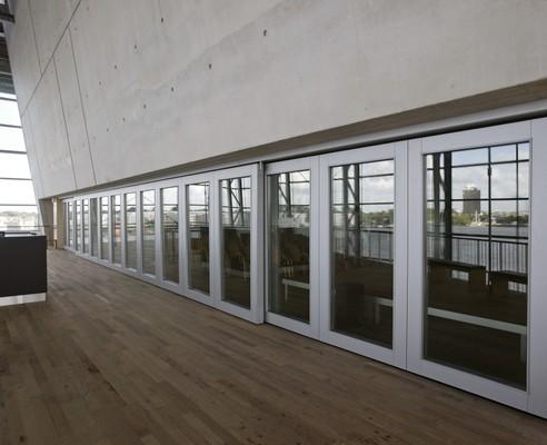 Semi-automatische paneelwanden met glas