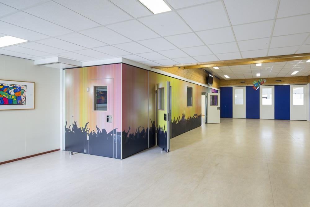 digital print paneelwand met glasopeningen