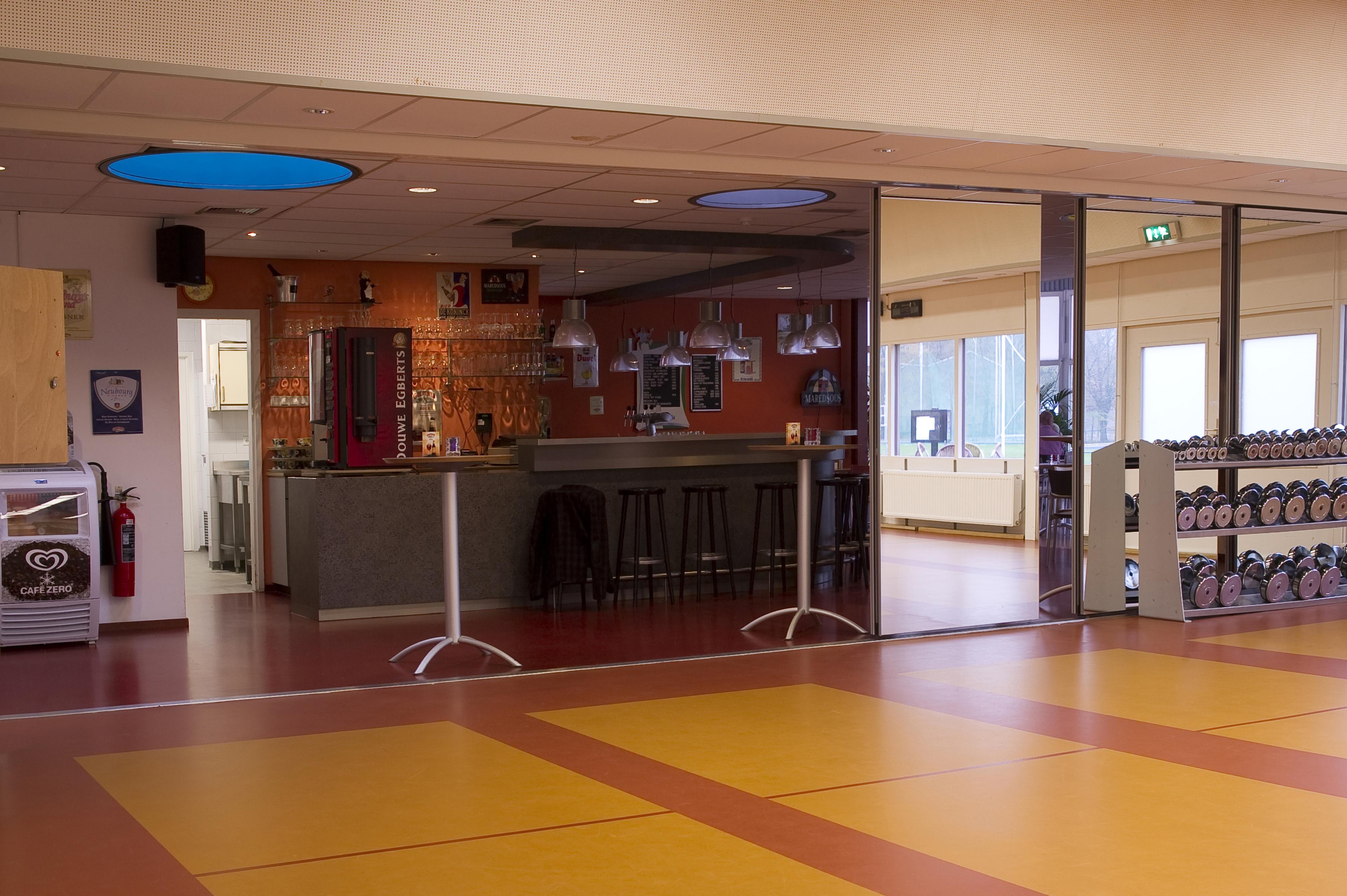 Paneelwandontwerp in fitnesszaal/bar